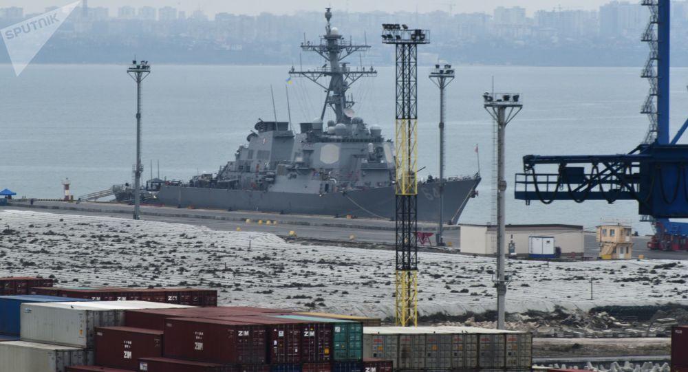 """Niszczyciel marynarki wojennej Stanów Zjednoczonych """"Carney DDG-64"""" przybył do portu Odessy"""