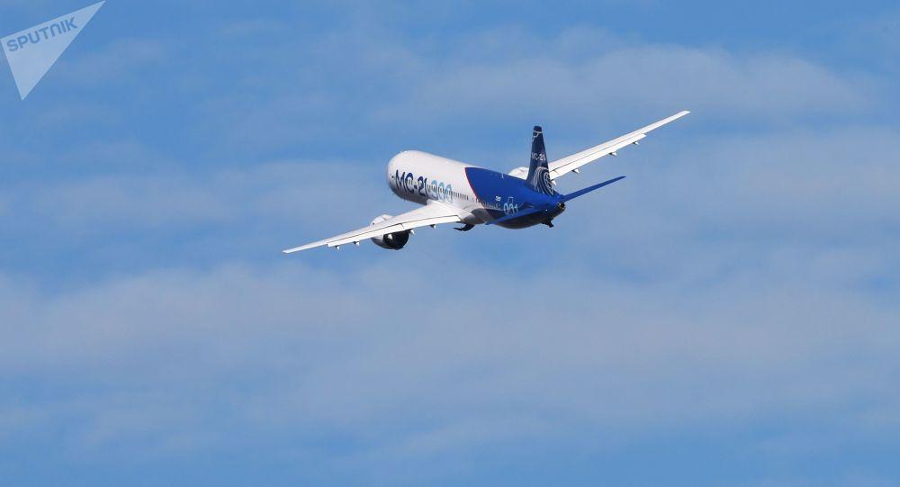 """Samolot MS-21 startuje na lotnisku """"Irkuck"""" do pierwszego lotu do Żukowskiego"""