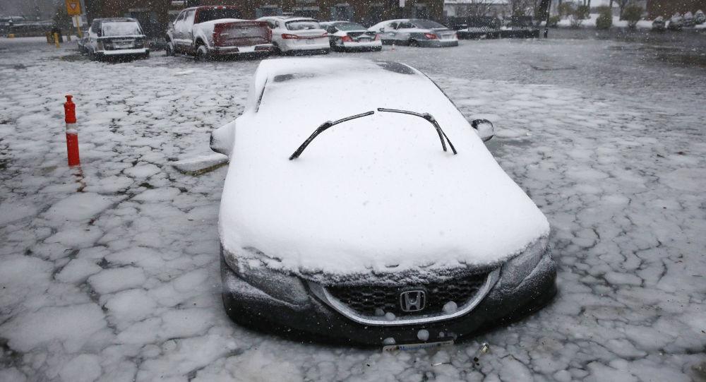 Samochód w lodowej pułapce po intensywnych opadach i gwałtownym ochłodzeniu w Bostonie, USA