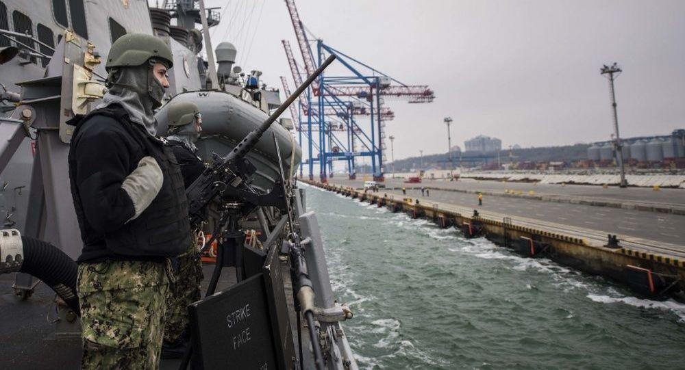 Niszczyciel Marynarki Wojennej USA Carney wpływa do portu w Odessie, Ukraina
