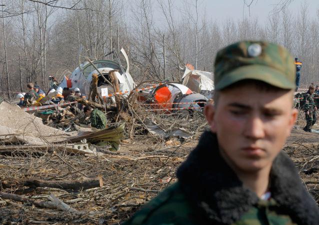 Służby ratunkowe na miejscu katastrofy polskiego samolotu rządowego Tu-154 pod Smoleńskiem
