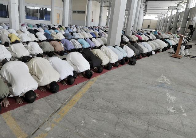 Muzułmanie modlą się podczas święta Uraza-Bajram w mieście Pireus, Grecja