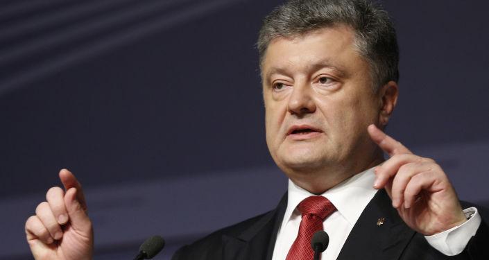 Prezydent Ukrainy Petro Poroszenko podczas konferencji prasowej w Rydze
