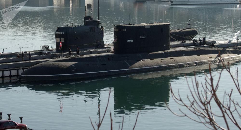 """Okręt podwodny """"Zaporoże"""" Marynarki Wojennej Ukrainy (po lewej) w Sewastopolu. Zdjęcie archiwalne"""