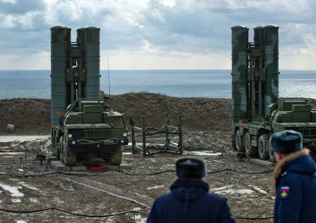 """System rakiet przeciwlotniczych S-400 """"Triumf"""" pułku obrony przeciwlotniczej w Teodozji, Krym. Zdjęcie archiwalne"""