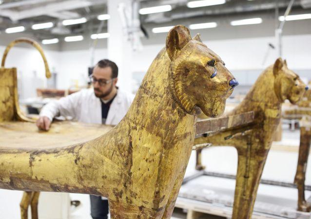 Restauracja (wzmocnienie) łoża z grobowca faraona Tutenchamona w warsztacie Wielkiego Muzeum Egipskiego w Gizie.