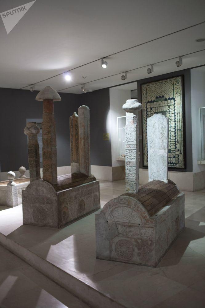 Średniowieczne perskie tablice nagrobne w Muzeum Sztuki Islamskiej w Kairze.