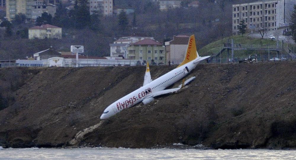 Samolot linii lotniczych Pegasus Airlines w tureckim mieście Trabzon, który stoczył się z urwiska