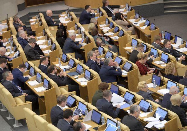 Deputowani na posiedzeniu plenarnym Dumy Państwowej Federacji Rosyjskiej