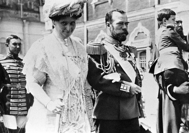 Rosyjski car Mikołaj II z żoną Aleksandrą Fiodorowną i carewiczem Aleksiejem