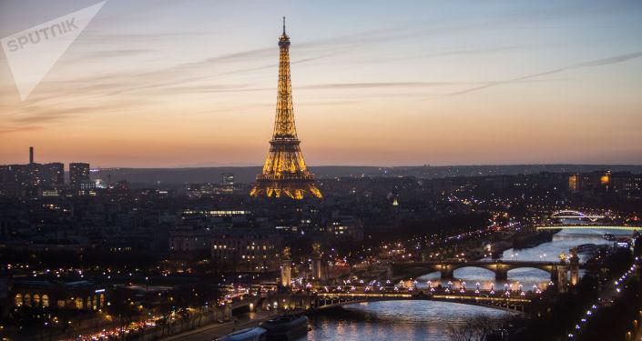 Widok na podświetloną Wieżę Eiffla w Paryżu