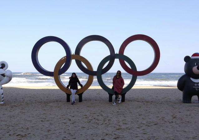 Koła olimpijskie i oficjalne maskotki Igrzysk na plaży w Gangneung, w Korei Południowej