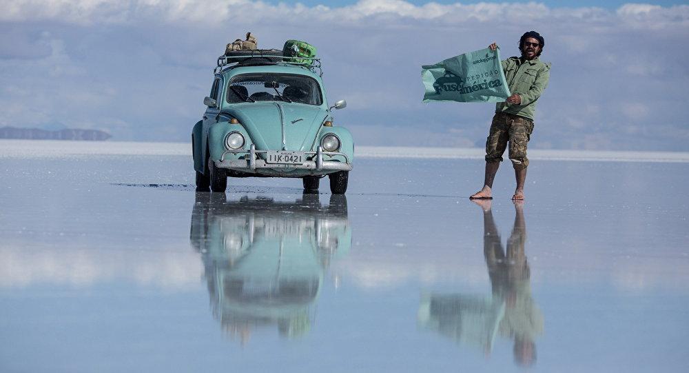Garbus w Salar de Uyuni w Boliwii na największej pustyni solnej na świecie