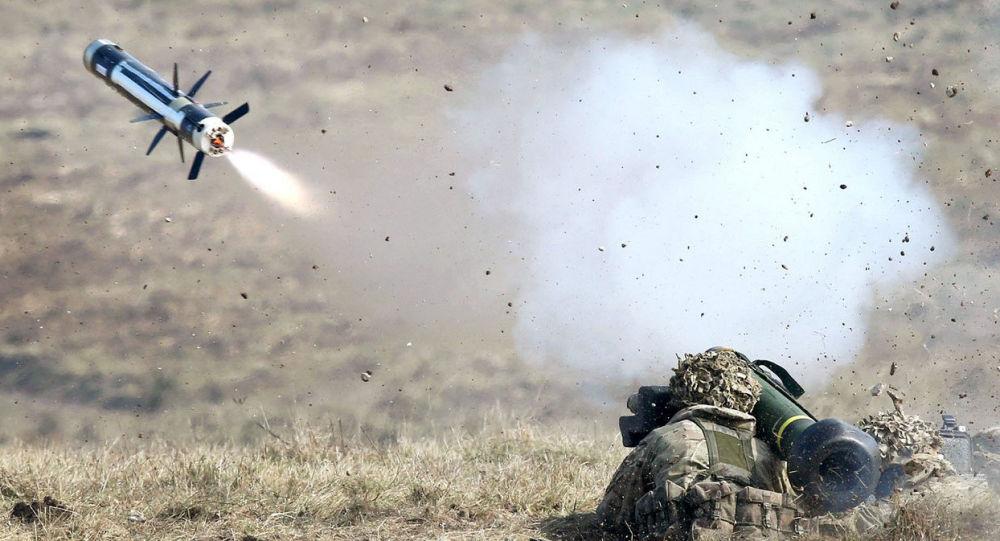 Amerykański wojskowy podczas testowania przenośnego przeciwpancernego systemu rakietowego FGM-148 Javelin