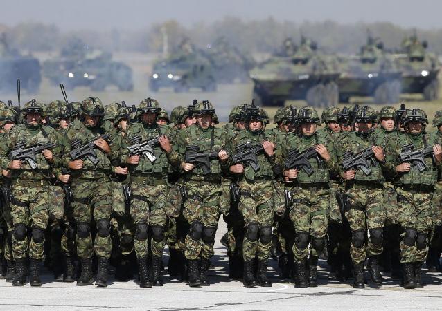 Żołnierze serbskiej armii na lotnisku wojskowym w pobliżu Belgradu