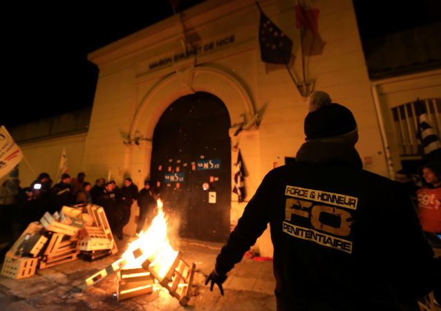 W czasie protestów strażnicy więzienni zablokowali wejście do więzienia w Nicei