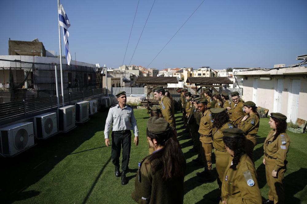 Izraelscy żołnierze na dachu budynku radiostacji Armii Obrony Izraela Galgalatz w Tel Awiwie.