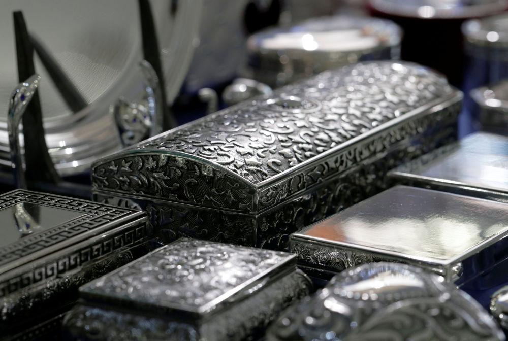 Szkatułki ze srebra w sklepie Silber Sturm w Wiedniu, Austria.