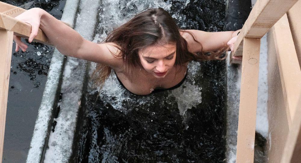 Kąpiel w lodowatej wodzie