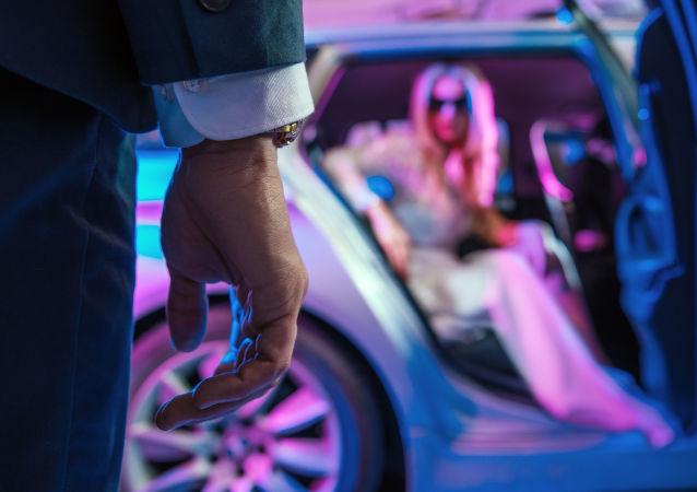Mężczyzna naprzeciw siedzącej w samochodzie efektownej kobiety