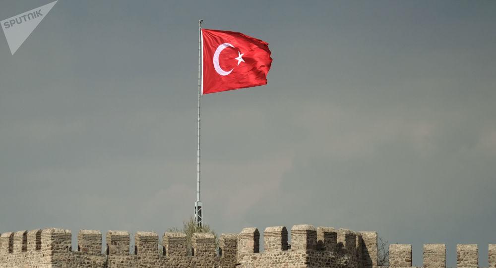 Flaga Turcji nad twierdzą Hisar w Ankarze