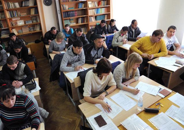 Мигранты во время экзаменационного тестирования в Ростове-на-Дону