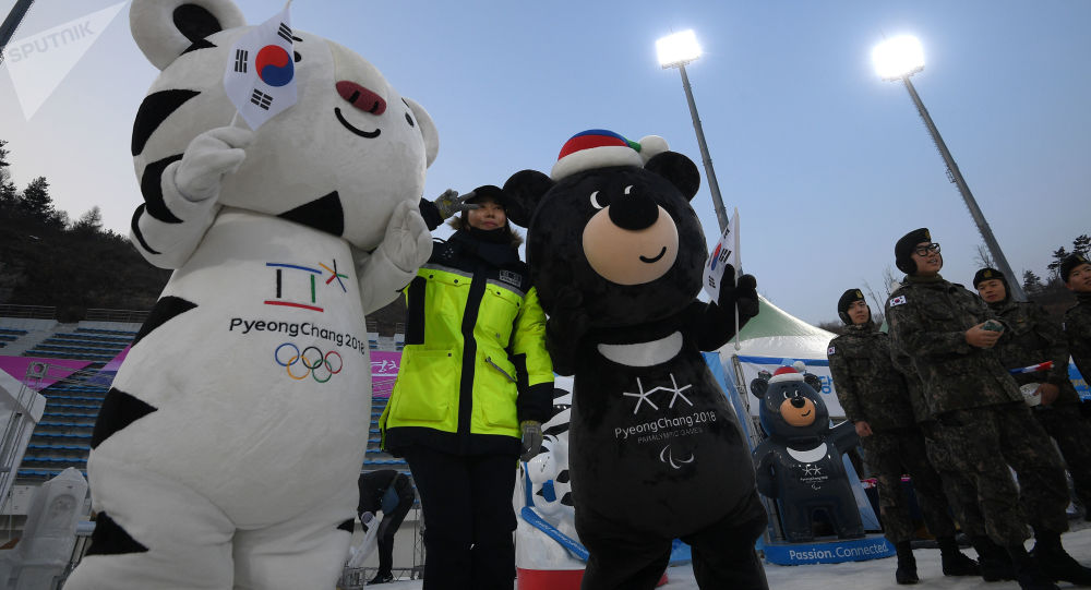 Policjantka robi sobie zdjęcie z maskotkami Zimowych Igrzysk Olimpijskich 2018 i Zimowych Igrzysk Paraolimpijskich 2018 w koreańskim Pjongczangu