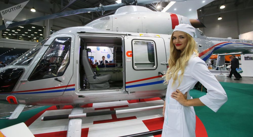 Pielęgniarka obok helikoptera Ansat na wystawie HeliRussia