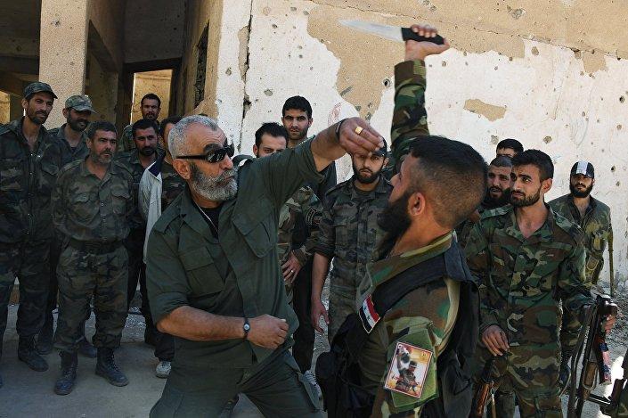 Generał Issam Zahreddine szkoli żołnierzy w Dajr az-Zaur