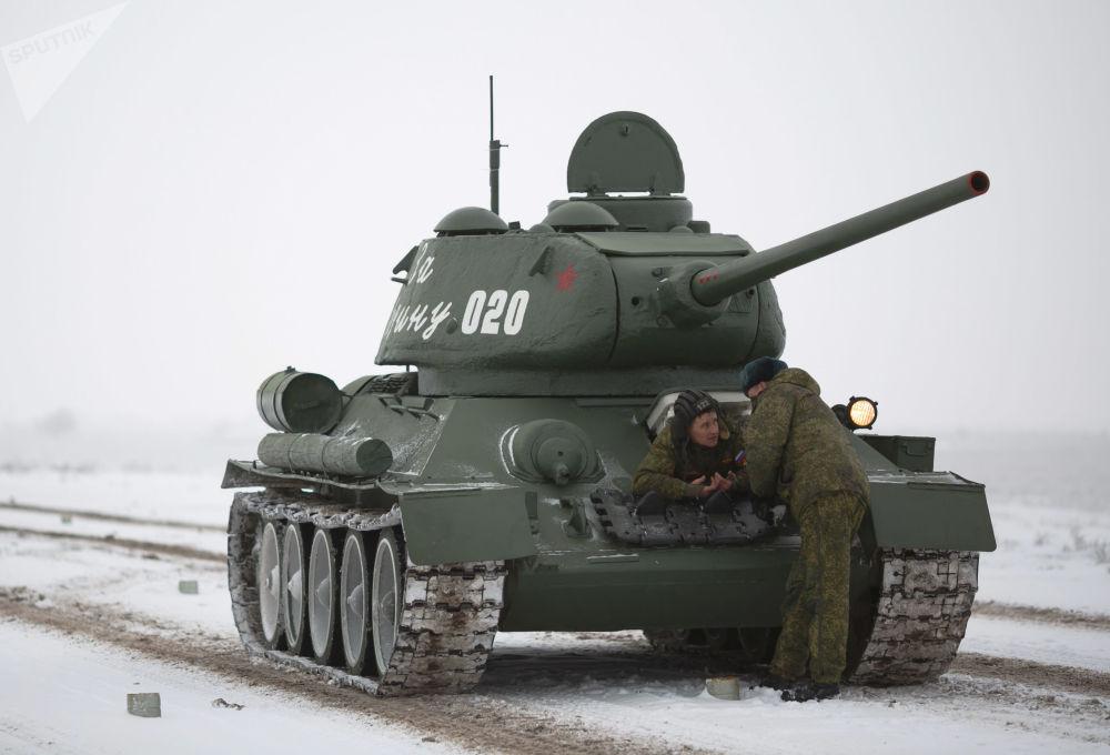 Czołg średni T-34-85 podczas próby parady z okazji 75. rocznicy bitwy pod Stalingradem