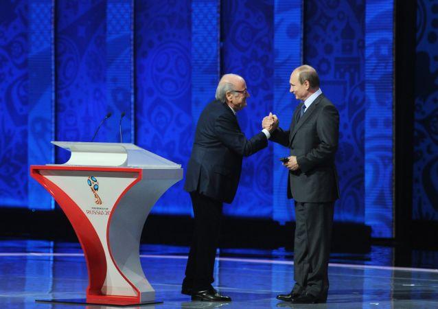 Przewodniczący FIFA Joseph Blatter i prezydent Rosji Władimir Putin na ceremonii wstępnego losowania mistrzostw świata w piłce nożnej FIFA 2018