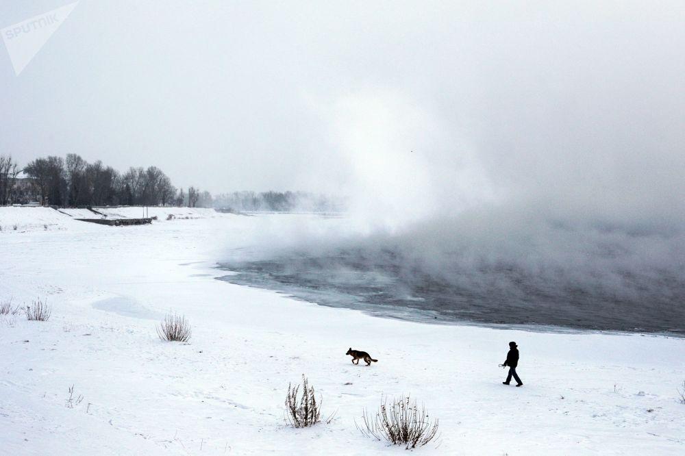 Irkuck leży nad rzeką Angarą, która jest jedyną rzeką wyciekającą z Bajkału.