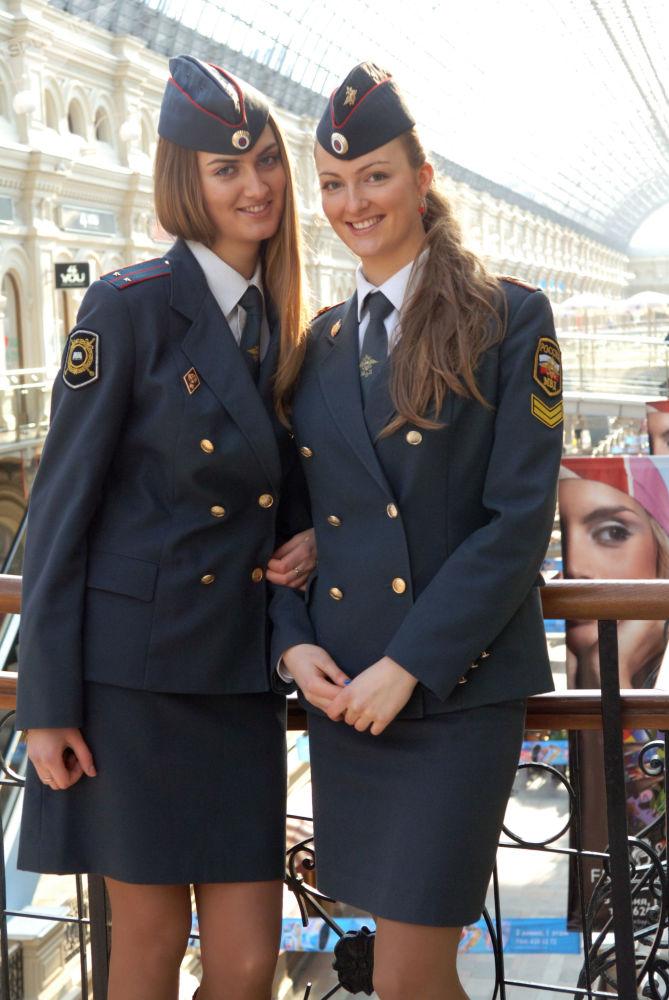 Porucznik policji Maria Kotenko i jej siostra Irina, studentka Uniwersytetu Moskiewskiego MWD Rosji, 2008 rok