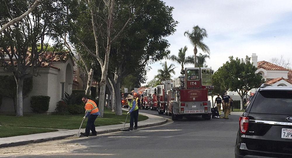 Miejsce, w którym śmigłowiec Robinson R44 spadł na dom w Newport Beach