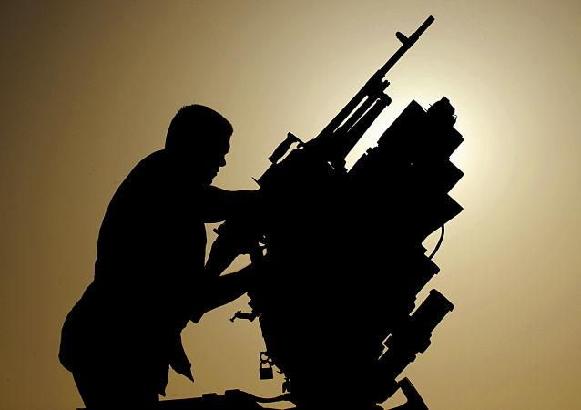 Kanadyjski wojskowy sprawdza karabin maszynowy na transporterze opancerzonym