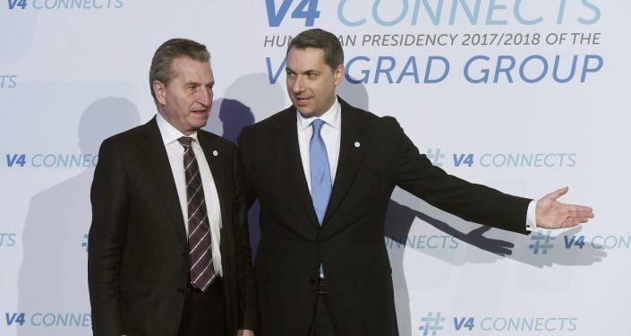 Eurokomisarz ds. budżetu Günther Oettinger i szef aparatu premiera Węgier Janos Lazar w Budapeszcie