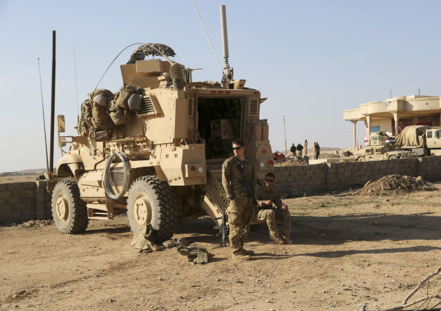 Amerykańscy wojskowi obok transporteru opancerzonego w Iraku