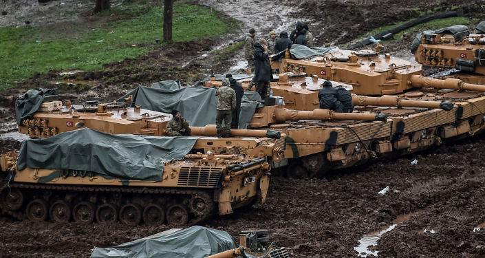 Tureccy wojskowi na czołgach Leopard 2A4 niedaleko syryjskiej granicy