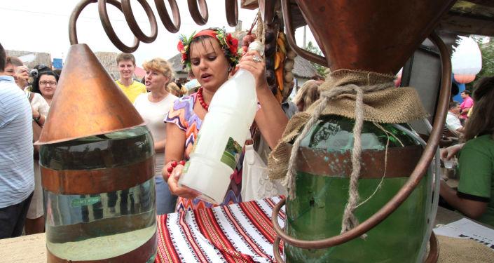 Urządzenie do destylacji bimbru na Targach Soroczyńskich we wsi Wielkie Soroczyńce w obwodzie połtawskim