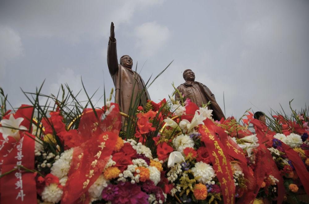 Rzeźby liderów Kim Ir Sena i Kim Dzong Ila