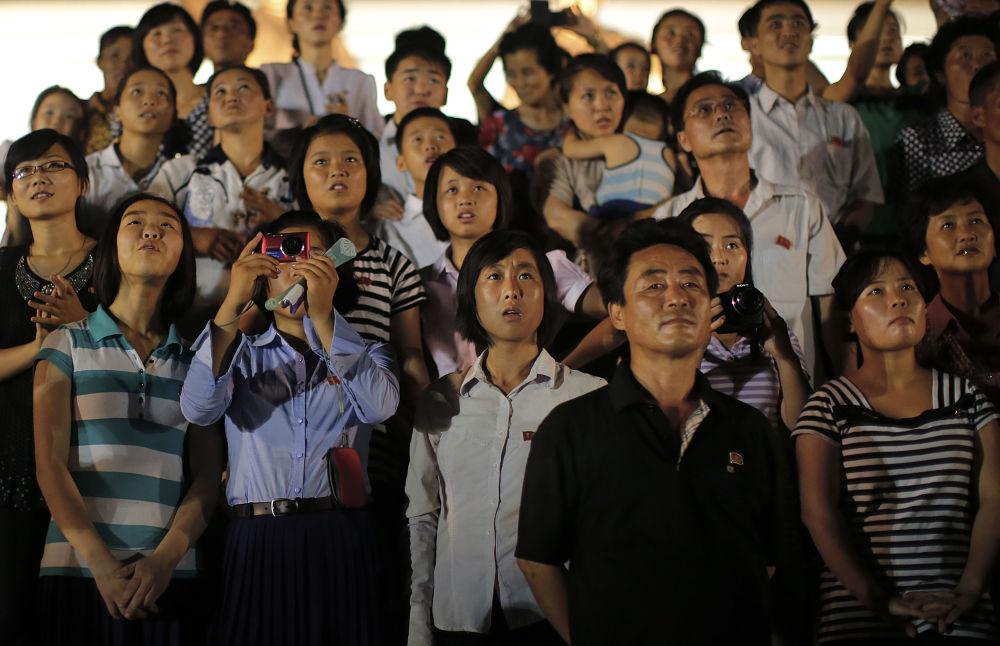 Widzowie oglądają fajerwerki podczas obchodów 62. rocznicy zakończenia wojny koreańskiej