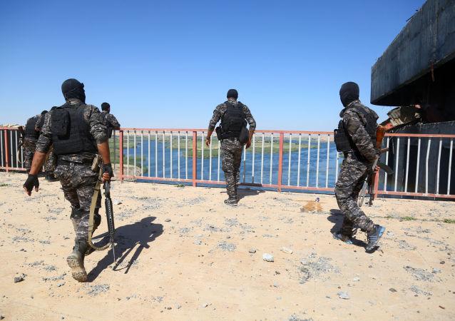 Przedstawiciele wspieranych przez Stany Zjednoczone Syryjskich Sił Demokratycznych na tamie Et-Tabka w Syrii