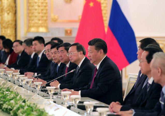 Przewodniczący Chińskiej Republiki Ludowej Xi Jinping w czasie rosyjsko-chińskich rozmów w rozszerzonym składzie