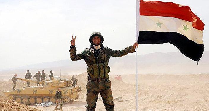 Żołnierz Syryjskiej Armii po przerwaniu oblężenie miasta Dajr az-Zaur