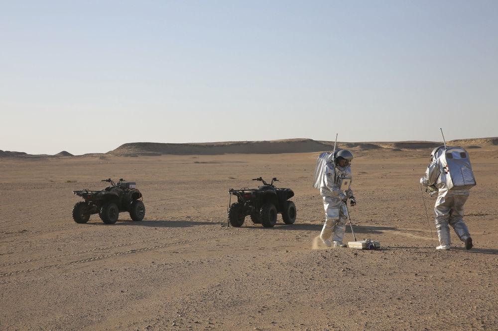 Członkowie ekspedycji wykonują pracę pięciu osób, które na trzy tygodnie wcieliły się w kolonistów na Marsie.