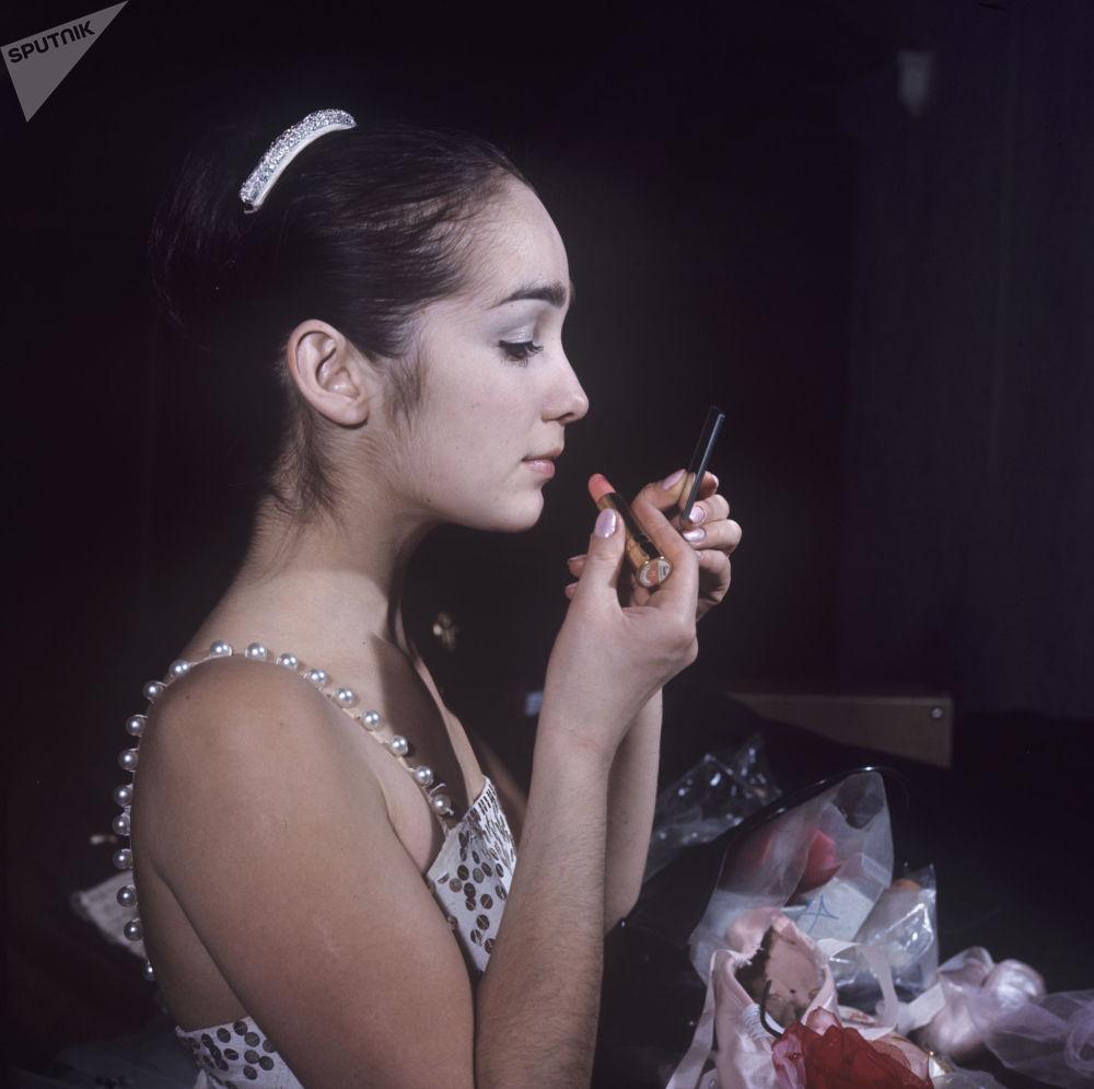 Balerina Giuzel Apanajewa maluje się, 1970 rok.