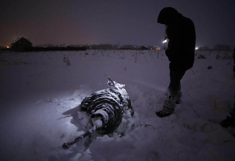 Wrak na miejscu katastrofy samolotu An-148 Saratowskich linii lotniczych pod Moskwą.