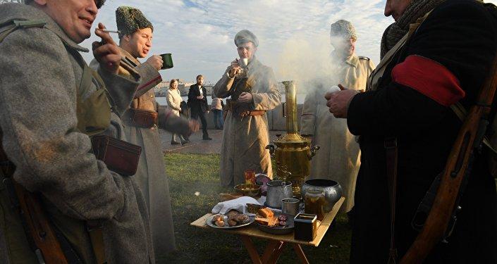 Uczestnicy rekonstrukcji historycznej Piotrograd 1917