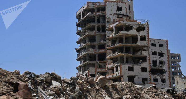 Zniszczone budynki w dzielnicy Kabun na przedmieściach Damaszku