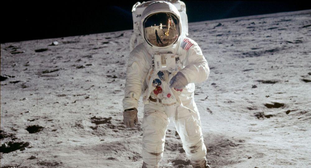 Amerykański astronauta Edwin Buzz Aldrin na powierzchni Księżyca